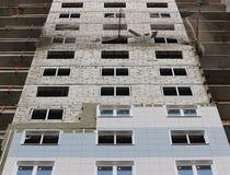 Προστατευτικός πιάνοντας χρόνος φρουράς πλέγματος καθαρός belay στην κατασκευή ενός multistory σπιτιού πρόσφατα οικοδόμησης Στοκ Εικόνες