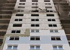 Προστατευτικός πιάνοντας χρόνος φρουράς πλέγματος καθαρός belay στην κατασκευή ενός multistory σπιτιού πρόσφατα οικοδόμησης Στοκ Εικόνα