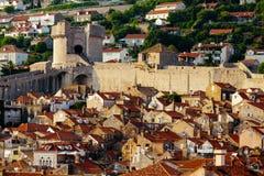 Προστατευτικός τοίχος πόλεων, πύργος Minceta και σπίτια με τα κόκκινα κεραμίδια σε Dubrovnik, Κροατία Στοκ Φωτογραφίες