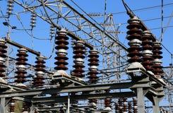 προστατευτικό κλουβί από την αστραπή και μεγάλη ηλεκτρική μετάβαση σε ένα ε Στοκ Εικόνα