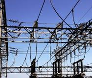 προστατευτικό κλουβί από την αστραπή και το μεγάλο ηλεκτρικό διακόπτη Στοκ φωτογραφία με δικαίωμα ελεύθερης χρήσης