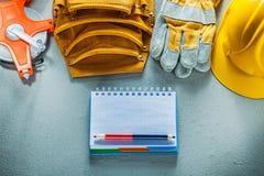 Προστατευτικό μέτρο ταινιών ζωνών εργαλείων μολυβιών σημειωματάριων καπέλων γαντιών σκληρό Στοκ Φωτογραφίες