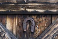 Προστατευτικό πέταλο που καρφώνεται σε μια ξύλινη πόρτα στοκ φωτογραφίες με δικαίωμα ελεύθερης χρήσης