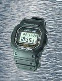 Προστατευόμενο από τους κραδασμούς και αδιάβροχο ψηφιακό ηλεκτρονικό ρολόι σε μια λαστιχένια περίπτωση και μια οθόνη γυαλιού στοκ φωτογραφίες