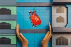 Προστατεύστε την καρδιά σας και οδηγήστε μια υγιή ζωή Αυτή η εικόνα απεικονίζει ένα χέρι που προστατεύει την καρδιά στοκ φωτογραφίες