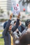 Προστατεύστε DACA και το σημάδι ονειροπόλων που κατέχει ο διαμαρτυρόμενος Στοκ εικόνες με δικαίωμα ελεύθερης χρήσης