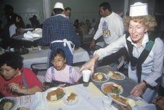 Προσφέρεται εθελοντικά το εξυπηρετώντας γεύμα Χριστουγέννων για τους αστέγους, Λος Άντζελες, Καλιφόρνια στοκ εικόνες