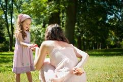 Προσφέροντας το μήλο - μητέρα με το παιδί στοκ φωτογραφία