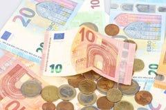 Προσφορά δανείου μικροϋπολογιστών Λίγο κομμάτι των χρημάτων της Ευρωπαϊκής Ένωσης Νομίσματα μετάλλων και σχέδιο τραπεζογραμματίων στοκ φωτογραφία