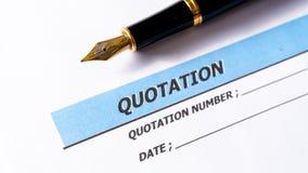 Προσφορά επιχειρησιακών εγγράφων αναφοράς που προσφέρεται με τη μάνδρα στοκ φωτογραφία με δικαίωμα ελεύθερης χρήσης