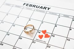 Προσφορά να παντρεψει Ημέρα βαλεντίνου, στις 14 Φεβρουαρίου στο ημερολόγιο στοκ εικόνα με δικαίωμα ελεύθερης χρήσης