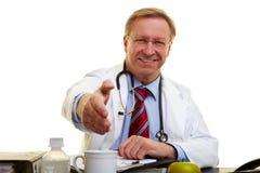 προσφορά χειραψιών γιατρών Στοκ φωτογραφίες με δικαίωμα ελεύθερης χρήσης