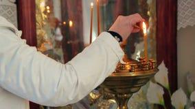 Προσφορά aka κεριών προσευχής φωτισμού γυναικών απόθεμα βίντεο