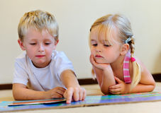 προσχολική ανάγνωση παιδ& Στοκ φωτογραφίες με δικαίωμα ελεύθερης χρήσης