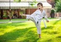 Προσχολικό karate άσκησης αγοριών Στοκ φωτογραφία με δικαίωμα ελεύθερης χρήσης