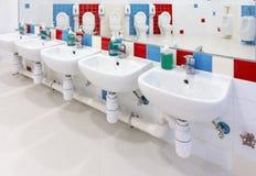 Προσχολικό Washroom στοκ εικόνες με δικαίωμα ελεύθερης χρήσης