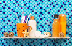 Προσωπικά προϊόντα υγιεινής στο ράφι στο λουτρό Στοκ φωτογραφία με δικαίωμα ελεύθερης χρήσης