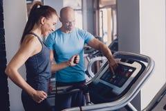 Προσωπική κατάρτιση με έναν εκπαιδευτή treadmill στοκ εικόνες