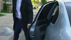 Προσωπική πόρτα αυτοκινήτων οδηγών ανοίγοντας στον αξιοσέβαστο επιχειρηματία, υπηρεσία σοφέρ φιλμ μικρού μήκους