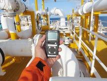 Προσωπικός ανιχνευτής αερίου H2S, διαρροή αερίου ελέγχου Έννοια ασφάλειας του συστήματος ασφαλείας στοκ εικόνες