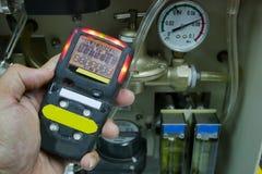 Προσωπικός ανιχνευτής αερίου H2S, διαρροή αερίου ελέγχου η τρισδιάστατη έννοια που απομονώνεται δίνει το λευκό ασφάλειας στοκ εικόνες