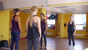 Προσωπικός εκπαιδευτής που παρουσιάζει ασκήσεις σε μια γυμναστική απόθεμα βίντεο