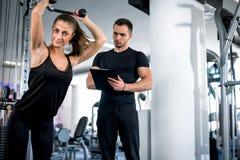 Προσωπικός εκπαιδευτής ικανότητας με τον πελάτη του στη γυμναστική στοκ εικόνες με δικαίωμα ελεύθερης χρήσης
