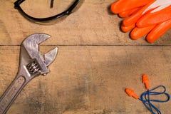 Προσωπικός εξοπλισμός προστασίας με το γαλλικό κλειδί Στοκ φωτογραφία με δικαίωμα ελεύθερης χρήσης