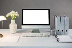 Προσωπικός υπολογιστής γραφείου με το βάζο και τα αρχεία λουλουδιών Στοκ Φωτογραφίες