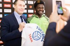 Προσωπικότητες ποδοσφαίρου με την υπογραμμένη μπλούζα στοκ εικόνα