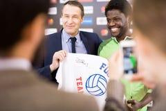 Προσωπικότητες ποδοσφαίρου που θέτουν για τη φωτογραφία στοκ εικόνες με δικαίωμα ελεύθερης χρήσης