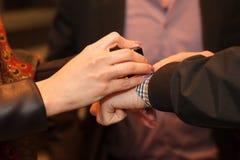 Προσωπικό ασφαλείας που σφραγίζει το χέρι του φιλοξενουμένου που εισάγει τον τόπο συναντήσεως Στοκ Εικόνες