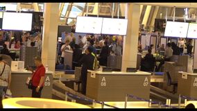 Προσωπικό ασφαλείας στην αίθουσα του νέου τελικού διεθνούς αερολιμένα Phuket Στα πλαίσια του πλήθους πέταγμα απόθεμα βίντεο