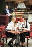 Προσωπικό γραφείου δύο φίλων στον καφέ στο α Στοκ φωτογραφία με δικαίωμα ελεύθερης χρήσης