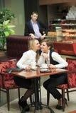 Προσωπικό γραφείου δύο φίλων στον καφέ στο α Στοκ Εικόνα