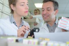 Προσωπικό επιθεώρησης φαρμακοποιών και ποιοτικού ελέγχου στοκ εικόνα