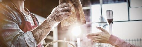 Προσωπικό που δίνει το ψωμί πακέτων στον πελάτη στοκ φωτογραφία με δικαίωμα ελεύθερης χρήσης