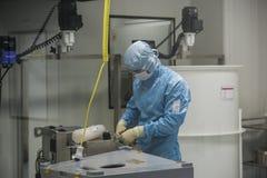Προσωπικό που εργάζεται στην καθαρή περιοχή στην περιοχή παραγωγής της επιχείρησης βιοτεχνολογίας Στοκ Φωτογραφία