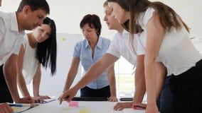 Προσωπικό που μιλά το ένα με το άλλο της ανάπτυξης επιχείρησης ιδεών στην εργασία φιλμ μικρού μήκους