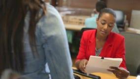 Προσωπικό που περπατά μέσω του πολυάσχολου γραφείου αρχιτεκτόνων φιλμ μικρού μήκους