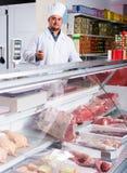 Προσωπικό που πωλεί το halal κρέας στοκ εικόνες
