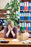Προσωρινή απόλυση στην εργασία, υπάλληλος που ανατρέπεται με τα πράγματα που παίρνουν μαζί Στοκ φωτογραφία με δικαίωμα ελεύθερης χρήσης