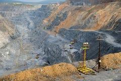 Προσωρινός φωτισμός ενάντια στο σκηνικό ενός open-pit ορυχείου Στοκ Εικόνα