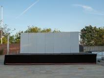 Προσωρινό κενό υπαίθριο στάδιο με τον άσπρο τοίχο Στοκ φωτογραφία με δικαίωμα ελεύθερης χρήσης