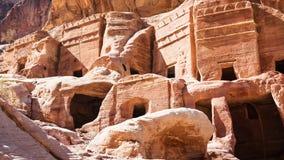 Προσόψεις των αρχαίων τάφων και των σπιτιών στην πόλη της Petra στοκ εικόνα