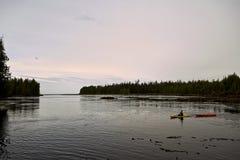 Προσώπων σε έναν ήρεμο κόλπο στην ανατολή Στοκ Εικόνα