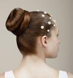 Προσδιορισμός. Κεφάλι γυναίκας - μοντέρνο εορταστικό κομμωτήριο με τα μαργαριτάρια Στοκ Εικόνες