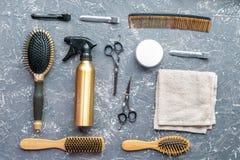 Προσδιορισμός της τρίχας με τα εργαλεία στο barbershop στην γκρίζα τοπ άποψη υποβάθρου Στοκ Εικόνες