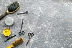 Προσδιορισμός της τρίχας με τα εργαλεία στο barbershop στο γκρίζο πρότυπο άποψης υποβάθρου τοπ Στοκ εικόνα με δικαίωμα ελεύθερης χρήσης