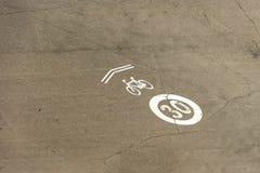 Προτίμηση για τα ποδήλατα που χαρακτηρίζονται στην άσφαλτο Όριο ταχύτητας στοκ εικόνα με δικαίωμα ελεύθερης χρήσης